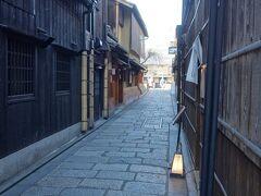 祇園を歩く。巽橋周辺の桜はまだ咲いていませんでした。石塀小路は写真が撮れません。