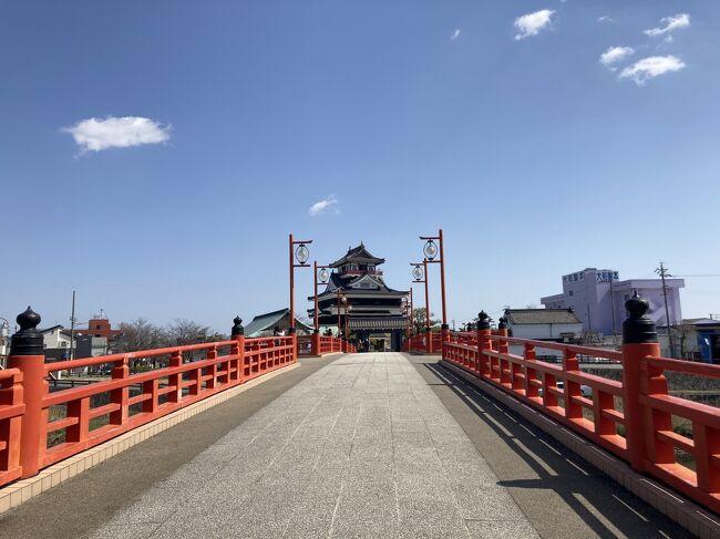 昨年の今頃訪れた時は緊急事態宣言中で閉館していた清洲城。<br />再度の緊急事態宣言も解除となり桜にはまだ早いかとも思いながら空いている間にと、暖かい日差しの中ビューンと行って来ました。<br />清洲城は名古屋市の隣の清須市にあります。<br />清須市には清須と清洲と両方使うことがありちょっとややこしいです。<br /><br />清洲城は1405年、稲沢市の下津城の別郭として建てられたのが始まりとか。<br />1555年に織田信長が入城。本能寺の変で自害した後、後跡継ぎ問題の会議が行われ(清洲会議と言い映画にもなりました)<br />後継者は信長の長男信忠に決まり、その後豊臣秀吉の家来である福島正則、徳川家康の四男松平忠吉、九男の徳川義直が入城<br />1609年、徳川家康によって清須から名古屋へ都が移されたと同時に清洲城は取壊し名古屋城築城。<br /><br />1989年(平成元年)外観や規模をモデルに復元されました。<br />まだ新しいのでとても綺麗でこじんまりとしたお城です。<br />織田信長がここから天下統一への一歩を。どんな思いだったのでしょうか<br /><br />そして千と千尋の神隠しの湯屋のモデルになった?とも噂があり、千と千尋の映画も思い浮かべ・・<br />戦国時代と千尋、頭の中が忙しかったです(笑)<br />