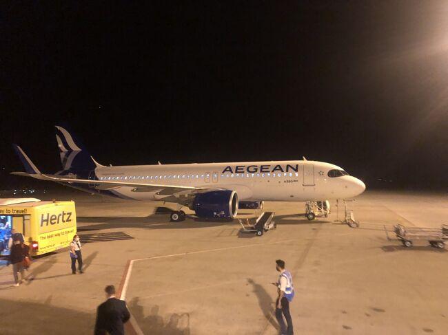 この記事は2020年9月の搭乗記。<br /><br />3週間前にギリシャで休暇過ごし、2週間前にノルウェーに行き、そしてこの日にキプロスへ。<br />コロナ過で休暇を取る気になれず、欧州内入国制限が緩くなった時に一気に旅行した。<br />今回はエーゲ航空で飛んだフランクフルト/アテネ/ラルナカ。<br />この時期エーゲ航空はコロナ過におけるサービス縮小でビジネスクラスの食事がパックに入った食事のみの提供。<br />欧州のビジネスクラスってシートはエコノミークラスと同じだから食事が簡素化されたら何の意味もない。<br />ビジネスクラスは空いてますよ、ってエコノミークラスも空いてるしw<br />と言う事でアップグレードクーポンがあったけど使わずに普通にエコノミークラスで移動。<br />ちなみに今(2021年3月)はビジネスクラスの食事は元に戻って豪華な食事が提供されてる。<br /><br />写真は新ロゴの機材。