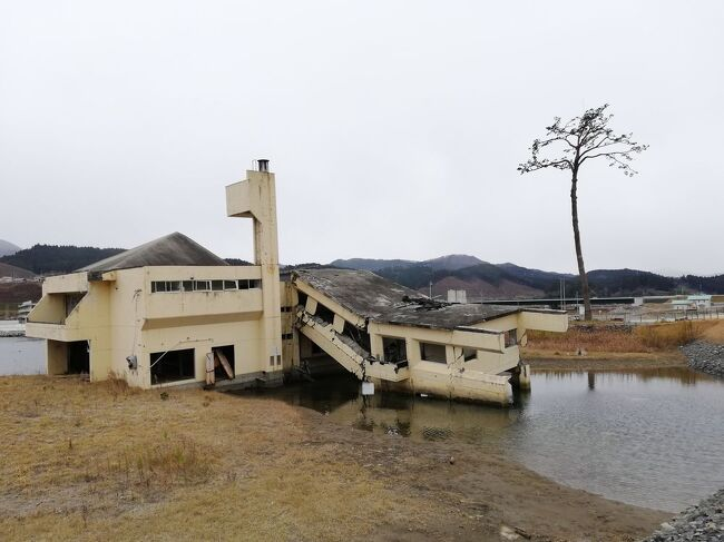 """弾丸海外の旅とか、マニアックな国内の旅を好む私ですが、<br />たまには「ベタ」(関西芸人がいうところの定番中の定番の意)<br />な観光地を訪れることがあります。<br />今回は、宮城県&岩手県の「南三陸&気仙沼&陸前高田&気仙沼ホルモン&せりうどん」をご紹介します。<br />youtubeチャンネル<br />https://www.youtube.com/channel/UCNr4mIN6HdURGFu03WUrSpA<br /><br />★「ベタ」な観光地シリーズ<br /><br />利尻島(ペシ岬・オタトマリ沼)&礼文島(桃岩)&チャーメン(北海道)<br />https://4travel.jp/travelogue/11675230<br />稚内(宗谷岬・大沼・氷雪の門・ノシャップ岬)&サロベツ原野&たこしゃぶ(北海道)<br />https://4travel.jp/travelogue/11674774<br />釧路湿原&霧多布&東根室駅&納沙布岬&春国岱&風連湖&尾岱沼&エスカロップ(北海道)<br />https://4travel.jp/travelogue/11681629<br />野付半島&トドワラ&開陽台&摩周湖&屈斜路湖&硫黄山&阿寒湖&オンネトー(北海道)<br />https://4travel.jp/travelogue/11681941<br />美瑛(望岳台・青い池)&サーモンパーク千歳&支笏湖&旭川ラーメン(北海道)<br />https://4travel.jp/travelogue/11675732<br />幸福駅&愛国駅&ばんえい競馬&豚丼&インデアンカレー&ほっきめし(北海道)<br />https://4travel.jp/travelogue/11680924<br />積丹半島&洞爺湖&有珠山&昭和新山&ジンギスカン&えびそば(北海道)<br />https://4travel.jp/travelogue/11682793<br />ニセコ(北海道)<br />http://4travel.jp/travelogue/10557930<br />美瑛&青い池(北海道)<br />https://4travel.jp/travelogue/10417987<br />幸福駅&ばんえい競馬(北海道)<br />http://4travel.jp/travelogue/10417731<br />高山稲荷神社&鶴の舞橋(青森)<br />https://4travel.jp/travelogue/11404300<br />下北半島(青森)<br />http://4travel.jp/traveler/satorumo/album/10437472/<br />岩木山&こみせ(青森)<br />http://4travel.jp/travelogue/10557256<br />田んぼアート(青森)<br />http://4travel.jp/travelogue/10993533<br />弘前&十二湖(青森)<br />http://4travel.jp/traveler/satorumo/album/10490992/<br />平泉&伊豆沼・内沼の白鳥&松島(岩手&宮城)<br />https://4travel.jp/travelogue/11499615<br />南三陸&気仙沼&陸前高田&気仙沼ホルモン&せりうどん(宮城&岩手)<br />https://4travel.jp/travelogue/11684305<br />石巻(日和山公園)&金華山&石巻焼きそば&牛タン&笹かまぼこ&萩の月(宮城)<br />https://4travel.jp/travelogue/11678547<br />多賀城(宮城)<br />http://4travel.jp/traveler/satorumo/album/10688179/<br />仙台光のページェント(宮城)<br />http://4travel.jp/travelogue/11207650<br />宮城蔵王キツネ村(宮城)<br />https://4travel.jp/travelogue/11345894<br />妙乃湯温泉&十和田プリンスホテルに泊まる角館&田沢湖&乳頭温泉<br />&十和田湖(秋田)<br />https://4travel.jp/travelogue/11600220<br />秋田竿灯まつり(秋田)<br />http://4travel.jp/travelogue/10941648<br />上山温泉""""古窯""""&蔵王お釜(山形)<br />htt"""