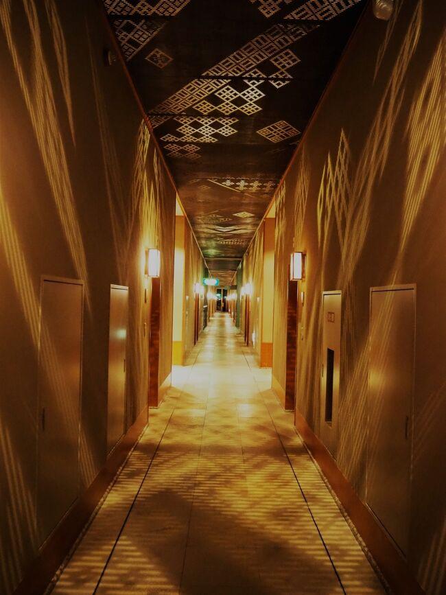 萌えるような紅葉を見たい、奥入瀬に行きたいと計画した青森旅行。<br />弘前市の観光をした後は、大鰐温泉にあるホテルに宿泊します。<br /><br />時はGo Toの真っ盛り。<br />普段は止まることができないホテルに経験として宿泊してみたい。<br />選んだのは「星野リゾート 界 津軽」<br />ここは、お値段高いけど本当に値打あるホテルでした。<br />このホテルに行くためだけに再訪してもいいと思いました。<br />廊下は写真以上に素敵ですよ♪