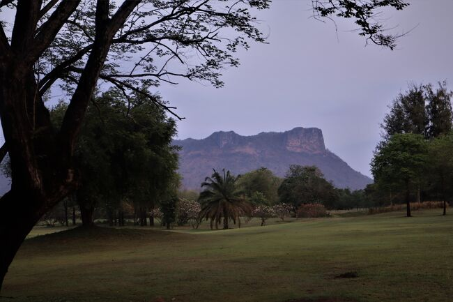 ■Mida Golf Club カンチャナブリ・ゴルフ検疫 <br /> 自由にプレーNo.3-B 3月/2021<br /> 写真枚数が多くなり、A&amp;Bの2編としました。<br />☆写真の風景:Mida Golf Club カンチャナブコースからLion Hillの眺望<br /><br />■自分記録となってしまいました。<br /><br />■早朝ゴルフAM.6:30-AM.8:00 ハーフラウンド<br />                  AM.8:00-朝食 30分<br />      AM.8:30-AM.10:00 ハーフランド<br />■通常ゴルフAM.7:30-朝食<br />      AM.8:00-AM11:00 18ホールラウンド休憩なし<br /><br />■午後ゴルフPM.3:30又はPM.4:00からハーフ、1時間30分ランド。<br /><br />■一応ラウンド予約してたが、結構いい加減。<br /> 混んでたら、一つ飛ばしてのホールからスタ―トで対応できた。<br /><br />■プレー中マスク着用だが、誰も見てないので、自由。<br /> 時折、検査で巡回してくる係はいたので、マスクしての撮影有りました。<br />
