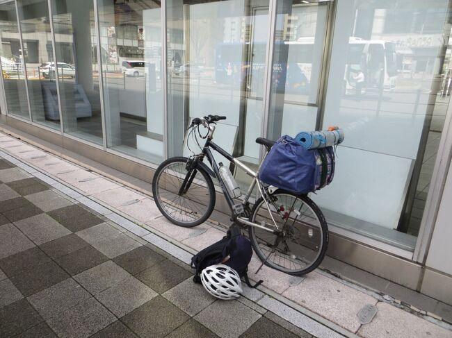 琵琶湖一周に行きます。<br />有給休暇消化のため3月26日(金)・29日(月)を休暇して4連休になり、琵琶湖一周サイクリングに行くことにしました。バイクに乗っている頃は時々ツーリングに行っていましたが、自転車で回るのは初めて計画しました。計画しましたと言っても、直前まで仕事でドタバタしており、急遽の休暇でほぼ無計画です。荷物も前夜に準備したため、いろいろ準備不足のサイクリングでした。<br />日程<br />3月26日 自宅~滋賀県長浜地内<br />3月27日 滋賀県長浜地内~大津地内<br />3月28日 滋賀県大津地内~長浜<br />3月29日 滋賀県長浜~自宅(輪行)<br /><br />天気は回復しいい天気ですが、タイヤがバーストしたの、でサイクリングはあきらめ列車で帰ります。琵琶湖は一周できたので良かったです。次回は左回りで観光地にも行ってみたいです。