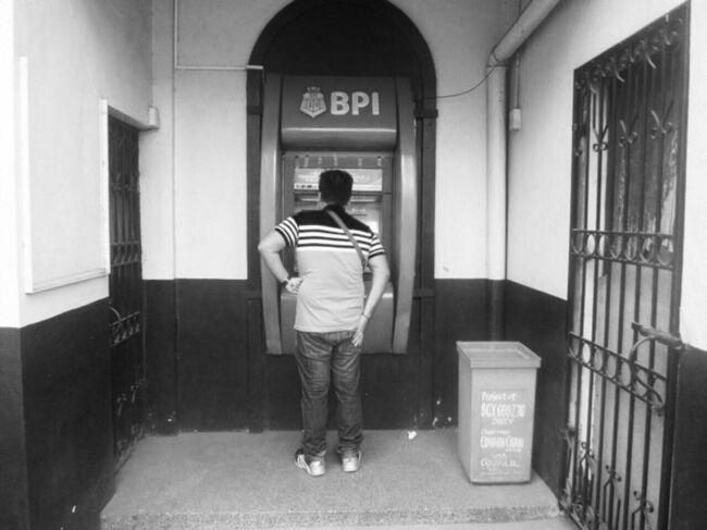 <br />ある日   マニラ の ATM <br />今  ひとり の   フィリピン 男性が <br />お金を   おろそうと している<br /><br />この  お方は   もしかして<br />犯罪が 絡んだ  出し子 なのかも 知れない<br />しかし ながら  なかなか  ぺソ の 現金が  出てこない <br /><br />ダメだ  <br />もしかして  これは  壊れて いるのかも しれない<br />この ATM  <br />それとも    金が   全く  入って いないのかもしれない<br /><br />もしかして<br /><br />よく 言われる<br /><br />マニラ  の 空っぽ  ATM<br /><br />金が  カラケツ  機械  なのかも しれない<br /><br />マジ か!<br /><br />フィリピン<br /><br />金    無いのかよ