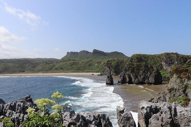 コロナ禍ですが、春休みの沖縄に行ってまいりました。<br />地元と沖縄のコロナ感染者状況をぎりぎりまでチェックしながら、どちらかに緊急事態宣言のようなものが発令された場合はいつでもキャンセルする覚悟で2月頃に予約。<br /><br />「絶対コロナを沖縄に持ち込まない!<br /> 地元にも持ち帰らない!<br /> とにかく絶対コロナにならない!」<br /><br />を最大の目標とし、渡航前後2週間は家族以外との会食は控えました。<br />人がいる場所では必ずマスクをし、除菌シートと消毒液を離さず手洗いは超丁寧に!!!<br /><br />春休みには沖縄にもたくさんの観光客が集まっているようでしたが、それでもコロナの影響で閉まっている施設などもあり観光地沖縄が直面している現状を残念に思う場面も多々ありました。<br /><br />ですが、やっぱり旅は素晴らしい!!<br />早く皆が堂々と旅行できる世界が来ますように。