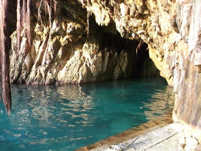 仁淀川にかかる沈下橋を見た後は、足摺岬を目指します。旅の1か月ほど前、夫がインターネット上で、足摺岬にある神秘的な洞窟の写真を見つけました。<br /><br />「海老洞」と呼ばれるその洞窟は、松尾漁港にあり、神秘的な碧の水が印象的で、まるで海外のどこかの洞窟のようです。このきれいな水の色は、晴天の午前中に見られるとのことでした。ぜひ行ってみようと楽しみが一つ増えました。<br /><br />出発の前の週、週間天気予報では、海老洞に行く日は雨の予報でちょっとがっかりしておりましたが、直前になると連日晴天に変わりました。ラッキーと早起きして、細い道を苦労して訪ねた海老洞は、期待を裏切らないものでした。