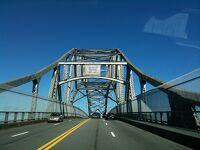 マサチューセッツ州ケープコッド サガモア - 運河にかかる橋を行く