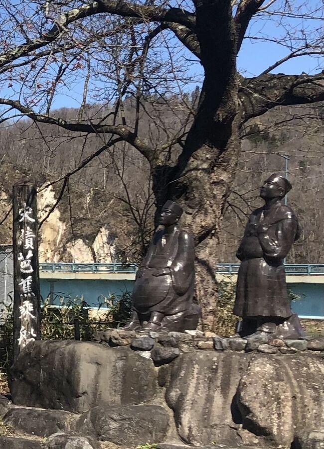 奥の細道を辿る旅を続けており、福島から車で最上川乗船の地と下船の地、羽黒山出羽三山、羽黒山五重塔を訪れた。まずは「五月雨を 集めて早し 最上川」で名高い最上川乗船の地を訪れた。1689年の旧暦の5月、芭蕉と曾良は立石寺から北上し新庄に滞在、好天気になるのを数日待って乗船した。そして下流の清川で下船し、羽黒山に向かう訳である。国道47号線の本合海大橋の南側が芭蕉乗船の地であり、芭蕉と曾良の陶像が立っている。風光明媚な地形であり、北側には八向山の白い崖が見え、赤い社の矢向神社がある。<br /><br />国道47号線を酒田市に向かって北上し、白糸の滝ドライブインに車を停めると白糸の滝は最上川の対岸に見える。芭蕉達は最上川の川船に乗って川を下る途中、「白糸の滝は青葉の隙々(ひまひま)に落ちて、仙人堂岸に臨みて立つ。水みなぎって、舟あやうし。」と記している。小さな滝だが、高低差があり川沿いには赤い鳥居が立っており印象的だ。芭蕉達は最上川の船下りからこの滝を眺めた。余裕があれば船から眺めたいものだ。<br /><br />続いて清川で下船する。ここには芭蕉像と「芭蕉上陸の地」の看板が立ち、清川関所跡に小さな博物館がある。この地から車で約20分、出羽三山を参拝した。車で山に入る場合、有料道路通行券400円が必要である。ここは予想以上に素晴らしいところだ。月山・羽黒山・湯殿山の三神を合祭した日本随一の大社殿。厚さ2.1mの萱葺の屋根、総漆塗の内部など凄まじい迫力で迫ってきて、今も僧たちが厳しい修行に励んでいる。本殿は度重なる火災にあったが、現在の社殿は1818年に再建された建物で、前方の鏡池は神秘の御池として古来より多くの信仰を集め、羽黒信仰の中心でもあった。芭蕉はここで「ありがたや 雪をかをらす 南谷」と詠み、「修験行法を励まし、霊山霊地の験効、人貴びかつ恐る、繁栄とこしえにして、めでたき御山といつつべし」と記している。<br /><br />羽黒山出羽三山を訪れた後、羽黒山五重塔を訪れた。かなりの距離があり、車で約10分走って、徒歩で20分ほど山道を下って更に少し登ったところに杉林の中にまさに忽然と現れる。高さ29m、三間五層の柿葺(こけらぶき)・素木造り(しらきづくり)で虚飾のない、神々しい美しさだ。見方によっては、京都や奈良にある五重塔よりも美しいといえるかもしれない。平安時代、平将門の創建とされ、1608年には57万石の出羽山形藩主、最上義光が修復している東北最古の五重塔である。