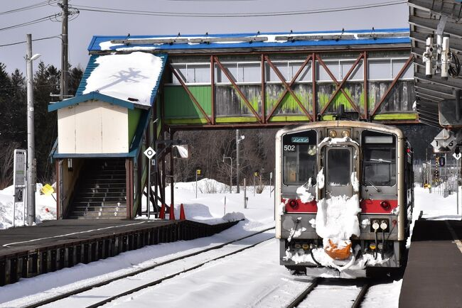 この旅行記では宗谷本線の北部に位置する筬島駅(おさしまえき)から稚内駅まで乗車した内容を紹介します。<br />列車が通る市町村は、音威子府村(おといねっぷむら)、中川町、幌延町、豊富町、稚内市。<br />この区間は宗谷本線53駅のうちの19駅にあたり、3.13ダイヤ改正で廃止されるのが3駅(安牛・上幌延・徳満)です。<br /><br />旭川を6:03に出発した稚内行き6時間の鉄道旅は、筬島を9:16に通り、稚内に12:08に到着します。<br /><br />途中には天塩中川の「アンモナイト」、「三日月湖」、「幌延深地層センター」の見学、花の宝庫「サロベツ原野」、民宿「あしたの城」、樹齢1200年の「言問の松」、稚内の「稚内港北防波堤ドーム」、「周氷河地形」の宗谷丘陵等の見どころがあります。<br /><br />なお、旅行記は下記資料を参考にしました。<br />・JR北海道車内誌、2021年3月<br />・JR北海道資料「2021.3.13ダイヤ改正」<br />・秘境駅ランキングのHP<br />・JR九州・北海道や国鉄の特急を中心にしたブログ「ラッセル時刻スジ入り、宗谷本線・石北本線の手作りダイヤ表」<br />・幌延町「南幌延駅還暦記念待合所のお化粧直し会」「幌延町内の各駅ご紹介」<br />・幌延深地層研究センターのHP<br />・民宿あしたの城のHP<br />・さいきの駅舎訪問「徳満駅」<br />・北海道STYLE「宮の台展望台」<br />・楽天市場、北海道の農産物、勇知産じゃがいも「勇知いもの歴史」<br />・駅と駅舎の旅写真館「宗谷本線・抜海駅~日本最北の木造駅舎、そして無人駅へ…~」<br />・稚内観光情報「稚内港北防波堤ドーム」<br />・稚内「キタカラ」のHP<br />・かっちん旅行記<br />『エゾカンゾウで一面がお花畑のサロベツ原野(北海道)』2013年6月28日<br />『鉄ちゃん夫婦 稚内から鹿児島中央まで縦断の旅』2013年6月29日<br />『秘境駅が多い宗谷本線の旅(北海道)』2015年7月12日<br />『天塩川沿いに走り、原野と牧場が眺められる宗谷本線の旅(北海道)』2015年7月12日<br />『天然ホタテの猿払村に泊まり、周氷河地形の宗谷丘陵フットパスを散策(北海道)』2017年6月24日<br />『幌延深地層研究センターの地下施設見学(北海道)』2015年10月24日<br />『恐竜やアンモナイトの化石が発見される天塩中川(北海道)』2017年6月25日<br />『サロベツ原野オロロンラインを橙と黄色に染めるお花畑(北海道)』2017年6月25日<br />・ウィキペディア「宗谷本線」「佐久駅」「天塩中川駅」「歌内駅」「下中川駅」「問寒別駅」「糠南駅」「雄信内駅」「安牛駅」「南幌延駅」「幌延駅」「徳満駅」「兜沼駅」「勇知駅」「南稚内駅」<br />「幌延町営軌道」「天塩川」「国鉄DE15形ディーゼル機関車」「羽幌線」<br />