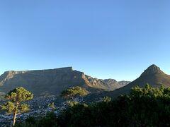 青空のテーブルマウンテンを眺める南アフリカ・ケープタウンの旅