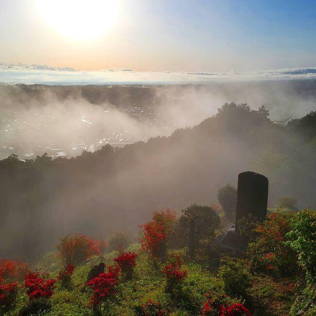 休日の朝。窓の外を見たら美しい朝焼け。<br /><br />まだ太陽が低いうちに越生町(おごせ)の「世界無名戦士の墓」へ訪れました。(車で)<br /><br />「越生でも雲海のような写真が撮れます!」<br /><br />その後一旦帰宅し、鶴ヶ島市にあるブラジルストアに買い物に行きました。