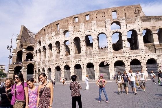 イタリア&スイス一人旅 vol.2 ~ローマ2日目~ <br /><br />2011年の9月中旬に9泊11日間でイタリアとスイスに行ったときの旅行記です。<br />イタリア&スイス一人旅はイタリアに7泊、スイスに2泊。イタリアはローマに3泊、フィレンツェに3泊しました。それからスイス入る前にミラノに1泊だけしました。スイスのお目当ての所は、ラショードフォンというフランス国境に近い山間にある時計産業の聖地と呼ばれている街。時計好きには楽しみな所です。。<br />旅のコースはフランスのシャルルドゴール空港経由でローマ入り。ローマ、フィレンツェ、ミラノの移動はイタリア自慢のユーロスターイタリアの高速列車。フィレンツェでは近郊の街へショートトリップで出かけてみます。ミラノからは高速列車に乗ってスイスに入り、一気にフランスとの国境近くのラショードフォンまで移動します。帰りはチューリッヒの街歩きを楽しんだ後、ロンドンヒースロー空港経由で日本に戻ってくるという旅程。<br />いつも通りのきままな一人旅。カメラ片手に街歩き、そしてワイングラスを傾けながらの酒とバラの日々(?)を楽しんできました。<br />撮影:ASAHI PENTAX KM, PENTAX-M 28mm F2.8, M 35mm F2.8, Kodak EB-3