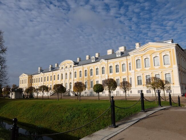 今日は2014年10月13日の旅行5日目ですが、ラトヴィアのバウスカ近郊にある「ルンダーレ宮殿」を見学しました。<br /> ルンダーレ宮殿(Rundales Pils)は、バルトのベルサイユともいわれるバロック様式の豪華な宮殿です。<br /> その豪華な宮殿を外からも中からも十分見学しましたので、その模様を2回に分けてお届けしたいと思います。<br /> この旅行記(秋のバルト3国美しき古都と城を訪ねてNo.9<ルンダーレ宮殿①>)では、その1回目をお伝えすることにしました。<br /><br /><br />   <巻頭写真は、ルンダーレ宮殿>