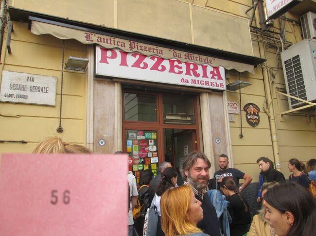 初めての特典航空券の旅 その31<br /><br />ローマの中央駅Terminiからちょっとだけ時間かかるけど<br />安いFreccia Biancaでイタリア第三の都市Napoliに<br />ちょうどお昼に到着するようにして名物pizzaを食べ<br />ちょっと早めにチェックインしたら目当てのdolceを買いに<br /><br /><br />7年かけて貯めたデルタスカイマイルを使って<br />初めてのビジネスクラス搭乗<br /><br />ANAやJALより使い勝手が悪くて<br />数少ないお得路線がエジプトの首都カイロ<br /><br />運良く転籍先の永年勤続休暇も使えるので<br />通常の5連休と春と秋に2回休みました。<br /><br />無料の特典航空券と安いと評判のカイロ発券の<br />自腹航空券を組み合わせてビジネスクラス2往復に<br />Wストップオーバーでイタリアにも10泊できました。