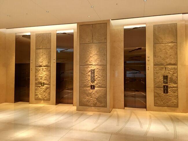 新型コロナ緊急事態宣言下の2021年のGW初日,インターコンチネンタルホテル大阪に,ゆうすけとお籠りステイ。<br />https://www.icosaka.com/<br />エグゼクティブスイートの間取り図は,下記のURLからご覧になれます。82平米あります。<br />https://www.icosaka.com/pdf/en/stay/club/Club_Executive_suite_1018.pdf <br /><br />フレンチレストラン『ピエール』,バー『アディー』,ジムとプール,日本式浴場は営業休止中。レストランやクラブラウンジでもアルコールの提供はありません(21時までのルームサービスではアルコールを提供)。<br /><br />一休を通しての予約で,ポイント即時利用、一休の5千円割引クーポンを使って,一泊税・サ込(宿泊税別途)80,223円でした。ルイロデレールのボトルシャンパン,ミニバー1回無料,宿泊中の駐車場無料の特典付きです。<br /><br />表紙写真は,グランフロント大阪・北館1階,インターコンチネンタルホテル大阪のエレベーターホール。<br /><br />2013年の宿泊記も併せてどうぞ。<br />https://4travel.jp/travelogue/10786483<br />