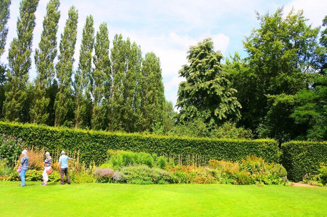 大学都市ケンブリッジからバスで数十分。素敵なマナーハウス、アングルシーアビーは、歴史的建造物の中を楽しめるとともに、素敵な庭園が広がっています。ナショナルトラストが管理するこのエリアは、自然豊かで子ども連れでも1日楽しむことができる、素敵な観光地です。