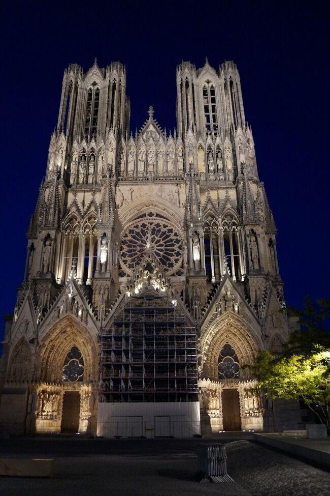 ランスはシャンパーニュ地方の中心地の街。<br />歴代のフランス国王の戴冠式が行われてきた歴史ある街。<br />世界遺産に登録されているノートルダム大聖堂は<br />外観も内観も素晴らしかったです。<br /><br />※5/23(火)パリ → エペルネ → ランス泊<br /> 5/24(水)ランス<br /><br /> 日程 2017年5月22日~6月7日<br />5/22(月)ポートランド → サンフランシスコ(機内泊)<br />5/23(火)パリ → エペルネ → ランス泊<br />5/24(水)ランス → ルクセンブルグ → トリア泊<br />5/25(木)トリア → メッス → ナンシー泊<br />5/26(金)ナンシー → ストラスブール → ストラスブール近郊泊<br />5/27(土)オベルネ → リボヴィレ → リクヴィール → カイゼルスベルグ → チュルクハイム → コルマール泊<br />5/28(日)コルマール → エギスアイム → ブザンソン → アルボア近郊泊<br />5/29(月)アルボア → ボーム・レ・メッスィユー → アヌシー近郊泊<br />5/30(火)アヌシー → べルージュ → リヨン泊<br />5/31(水)リヨン泊<br />6/01(木)リヨン → ワン → ボーヌ → デイジョン泊<br />6/02(金)デイジョン → スミュール=アン=ノーソワ → フラヴィニー・シュー・オズラン → ヴェズレー → ブルージュ泊<br />6/03(土)ブルージュ → シャンボール城 → アンボワーズ城 → ソミュール近郊泊<br />6/04(日)レンヌ → ディナン →サンマロ → カンカル → モンサンミシェル近郊泊<br />6/05(月)モンサンミシェル → ブーヴロン=アン=オージュオンフルール → オンフルール近郊泊<br />6/06(火)オンフルール → ルーアン → シャルル・ド・ゴール空港近郊泊<br />6/07(水)シャルル・ド・ゴール空港 → ワシントンDC → ポートランド自宅<br />