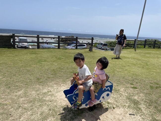 関西在住の我が家ですが<br />パパの祖父母は奄美大島にいます<br /><br />今年もコロナ禍であり<br />賛否両論めちゃくちゃある時期ではありますし<br />長男、小学校入学<br />次女誕生と<br />旅行に行く事は無いと思っていましたが、、、。<br /><br />なんやかんや色々あってw<br />奄美大島に帰省する事になり<br />期間は長男の休みに合わせGWになりました。<br /><br />とは言え、子供達は奄美大島は初めてですので<br />コロナ禍ですので親族の家ではなく<br /><br />宿泊はホテル<br />移動はレンタカー<br />結果、普通に家族旅行的になりましたw<br /><br />期間は4/29~5/3<br />事前に4/26にPCR検査をして陰性証明書を頂きました。<br />家族4人分で7~8万円の出費、、、。<br />高いです、、、w<br /><br />飛行機は往復スカイマーク<br />神戸~鹿児島~奄美大島(往復)<br />大人2人子供2人乳児膝上1人<br />合計115.200円<br /><br />神戸空港駐車場5日利用(1日サービス)<br />4.080円<br /><br />宿泊はホテルカレッタ<br />旅行サイト一休より<br />4/29~5/3   4泊 朝食付き トリプルルーム<br />110.000円<br /><br />レンタカーはニッポンレンタカー5日間<br />車種 ホンダ、フィット<br />チャイルドシート、保険込み<br />27.390円<br /><br />ボートシュノーケリングツアー<br />大人1人子供1人<br />13.000円<br /><br /><br />事前予約合計<br />269.670円<br /><br />プラス現地支払い分<br />食事、遊び、お土産、レンタカーガソリン代など<br />100.000円くらい<br /><br />PCR検査、証明書代金<br />80.000円弱<br /><br />トータル<br />40~45万円くらいって感じでしょうか。<br /><br />GW時期でもありますし、コロナ禍でも有り<br />内容的に考えると<br />全体的に高めになってしまったと思います。<br />旅行費用はあまり参考にならないかもです、、、。<br /><br />帰省も兼ねてでしたが<br />やっぱり海はめちゃくちゃ綺麗ですし<br />子供達も楽しそうで<br />コロナ禍ではありますが<br />みんな笑顔で過ごせたと思います。<br /><br />帰省旅行ですので<br />どこまで参考になるかわからないですが<br />書いていきたいと思います。