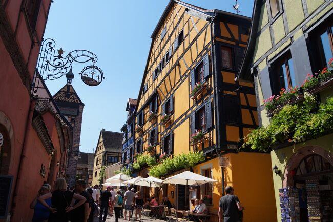 「リクヴィール」は<br />木組みの家々がカラフル。<br />色の競演は鮮やかで、絵本の中の世界でした。<br />人気の観光地です。<br />フランスの最も美しい村に認定された村です。<br /><br />※5/27(土)オベルネ → リボヴィレ → リクヴィール → カイゼルスベルグ → テュルクハイム → コルマール泊<br /><br />     日程 2017年5月22日~6月7日<br />5/22(月)ポートランド → サンフランシスコ(機内泊)<br />5/23(火)パリ → エペルネ → ランス泊<br />5/24(水)ランス → ルクセンブルグ → トリア泊<br />5/25(木)トリア → メッス → ナンシー泊<br />5/26(金)ナンシー → ストラスブール → ストラスブール近郊泊<br />5/27(土)オベルネ → リボヴィレ → リクヴィール → カイゼルスベルグ → テュルクハイム → コルマール泊<br />5/28(日)コルマール → エギスアイム → ブザンソン → アルボア近郊泊<br />5/29(月)アルボア → ボーム・レ・メッスィユー → アヌシー近郊泊<br />5/30(火)アヌシー → べルージュ → リヨン泊<br />5/31(水)リヨン泊<br />6/01(木)リヨン → ワン → ボーヌ → デイジョン泊<br />6/02(金)デイジョン → スミュール・アン・オーソワ → フラヴィニー・シュー・オズラン → ヴェズレー → ブルージュ泊<br />6/03(土)ブルージュ → シャンボール城 → アンボワーズ城 → ソミュール近郊泊<br />6/04(日)レンヌ → ディナン →サンマロ → カンカル → モンサンミシェル近郊泊<br />6/05(月)モンサンミシェル → ブブロン・アン・オージュ → オンフルール近郊泊<br />6/06(火)オンフルール → ルーアン → シャルル・ド・ゴール空港近郊泊<br />6/07(水)シャルル・ド・ゴール空港 → ワシントンDC → ポートランド自宅<br />