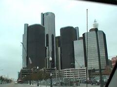 ミシガン州 デトロイト ー ダウンタウンには自動車産業のシンボルのGM本社ビルがあります。