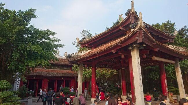 2015~16年の年末年始のベトナム旅行7日目後半。<br /><br />ベトナムの首都ハノイの観光を続行。<br /><br />国立歴史博物館を見学した後は、ベトナム女性博物館、ホアロー収容所と巡っていき、タンロン水上人形劇場にて、ハノイ名物の水上人形劇を鑑賞。<br /><br />そして内外からの大勢の観光客が集うホアンキエム湖に浮かぶ玉山祠にて、帰国前の最後のひとときを過ごします。<br /><br /><旅程表><br /> 2015年~2016年<br /> 12月28日(月) 成田→マカオ<br /> 12月29日(火) マカオ→ダナン→ホイアン<br /> 12月30日(水) ホイアン→ミーソン→ホイアン<br /> 12月31日(木) ホイアン→ダナン→フエ<br />  1月 1日(金) フエ→<br />  1月 2日(土) →ハノイ→ハロン湾→ハノイ<br />〇 1月 3日(日) ハノイ→<br />〇 1月 4日(月) →マカオ→成田