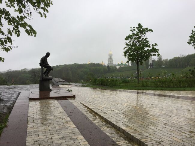 この日のキエフは雨でした。雨のキエフは散策をする観光客もぐっと少なくなり、どこか寂し気。でも、この街のまた別な顔を見ることが出来るのはちょっとした喜び。