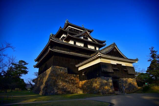 またとない快晴の松江<br />一日目は、その青い空を背景にした松江城に、<br />ところが一転、翌日の出雲では、<br />時ならぬあられに見舞われました。<br />実は、生まれてはじめてあられを見たんです。<br />それも、出雲紀行のいい思い出です。<br /><br />今回の旅は、出雲大社と松江城<br />そして、出雲蕎麦食べ歩き<br />島根に親近感を感じる旅になりました。