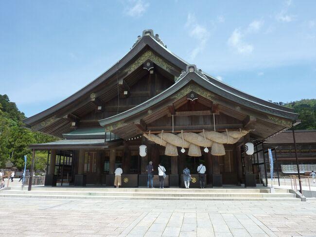 2021年5月は、伊丹空港から日本エアコミューターでコウノトリ但馬空港・城崎温泉に行く予定でしたが、大阪府・兵庫県に緊急事態宣言がでたため、キャンセルしました。<br />その後、2021年3月に一人で出雲大社へお参りに行きましたが、再度お参りしたい事があるのと2月に母親も一緒に行く予定だったのが、緊急事態宣言で中止になり、今回改めて緊急事態宣言解除後の2021年5月14日(金)に出雲行きの航空券を2人分購入しました。<br />しかし、予想はしてましたが、再び2021年5月31日(月)まで緊急事態宣言の延長がされました…<br />これだといつまで経っても遠出できず、時間を無駄になるだけなので今回は、キャンセルせずに3月以来、2度目の再訪です。<br /><br />緊急事態宣言中の移動は賛否両論はありますが、自分にとってお参りは大事な事なので不要不急の外出ではないと思いますのでご了承ください。<br /><br />今回も旅行記をいくつかに分けました。<br /><br />自宅から出雲までの旅行記『2021年5月 出雲大社 その1 大阪国際空港(ITM)ー出雲縁結び空港(IZO)編』↓<br /><br />https://4travel.jp/travelogue/11692724<br /><br /><br />出雲大社周辺の旅行記『2021年5月 出雲大社 その2 稲佐の浜・一畑電車・神門通り編』↓<br /><br />https://4travel.jp/travelogue/11692888<br /><br /><br />出雲大社お参りの旅行記『2021年5月 出雲大社 その3 出雲大社お参り編 前編』<br /><br />https://4travel.jp/travelogue/11693739<br /><br />続いて、その4になります。