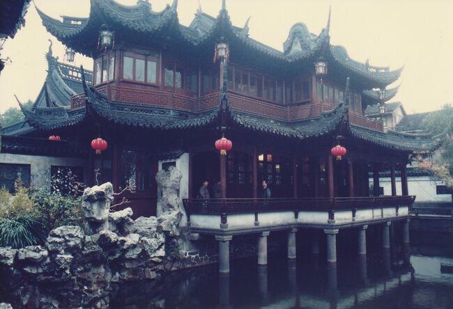 1989年北京・桂林・西安・上海9日間 上海編<br />天安門事件の前だったので素朴さと開発前の中国が見られたのは貴重な体験だった。<br />道路は車より自転車が多く、車は自転車の間をぬってゆっくりと進む。<br />建築中の建物の回りは竹で組んだ足場にも驚かされた。<br />国内線の飛行機は着陸するときは急降下する為、耳が痛くなり大変でした。