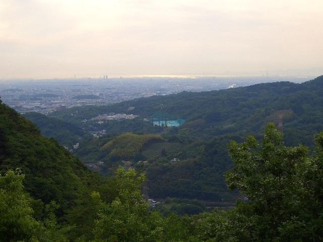 「口コミ」を使って、「明神山」を紹介しようとしたのですが、4トラベルでは、まだ「明神山」は登録されていませんでした。<br /><br />新規登録は時間が掛かりそうです。旅行記の中に入れるのは、少々憚られますが、紛れ込ませました。<br /><br />「明神山」は、奈良県北葛城郡王寺町にある標高274mの山で、山頂では360°の大パノラマがひらけ、東に奈良盆地、西に大阪平野及び淡路島、明石海峡大橋も見渡せます。絶景のオンパレードです。一度は行く値打ちがあります。<br /><br />参道入り口から山頂まで1.8キロ、片道40分ほどです。参道は舗装してあり、スニーカーでも気軽に登ることができます。散歩の延長で、山登りができますよ!!