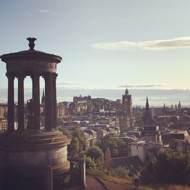 アイルランドからイギリスへと続く一人旅。<br />当初はダブリンから素直にロンドンに行く予定。でも計画してるうちに、せっかくなのでほんのちょっとでもスコットランドと湖水地方を入れたくなってぶち込みました。<br /><br />美しく広大な大地、生まれて初めてのスコットランド・・なのに睡眠時間込みで滞在リミット19時間半。実質午後に市内到着してからの1日目が観光時間のすべて。<br />ドタバタな日程ですが意外といろいろできました。無理めの行程ではありますが、なにかの参考になれば幸いです。<br /><br />【観光】<br />スコットランド国立美術館<br />エディンバラ城<br />ロイヤルマイル<br />ヴィクトリアストリート<br />カールトンヒル<br /><br />【ショッピング・グルメ】<br />タータンチェックのカシミアマフラー<br />ハギス(スコッチは苦手なのでビールで…)