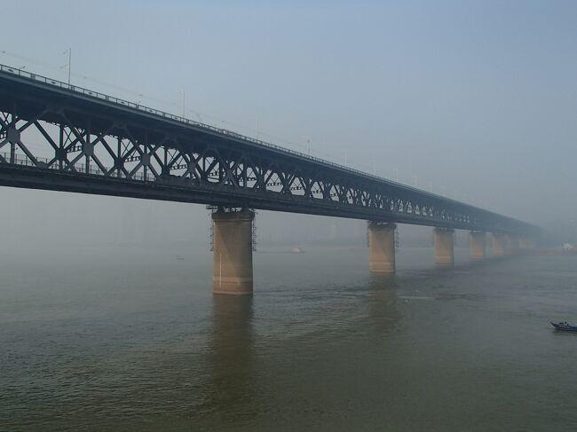 武漢で長江を船で渡河しました。<br />武昌側から漢口へ渡ったのですが、現地で珍しい光景を見ました。<br />なんと、泳いで、長江を渡っている人たちがいました。