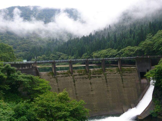 昔、仕事で福井に何度か行ったことがあり、福井、特に奥越には関心があります。<br />福井~九頭竜湖の越美北線は元々、越美線として岐阜県とつながる予定だったということを聞いたことがありましたが、どれぐらい山奥なのか見てみようということで、越美南線(長良川鉄道)を含めて息子(小1)と縦断する旅を計画してみました。<br /><br />8月28日(金)<br />のぞみ7号 東京6:50-名古屋8:34<br />特快 名古屋8:46-岐阜9:05<br />各停 岐阜9:10-美濃太田9:44<br />ゆら~り眺めて清流列車1号 美濃太田9:56-美濃白鳥11:53<br />バス 美濃白鳥駅12:20-ウイングヒルズ12:53<br />ウイングヒルズ白鳥リゾート泊<br /><br />8月29日(土)<br />バス ウイングヒルズ6:28-石徹白6:35<br />徒歩<br />バス 前坂家族村10:35-九頭竜湖駅10:50<br />各停 九頭竜湖10:58-福井12:22<br />バス 福井駅16:15-小松空港17:13<br />NH758 小松17:55-羽田19:10<br />