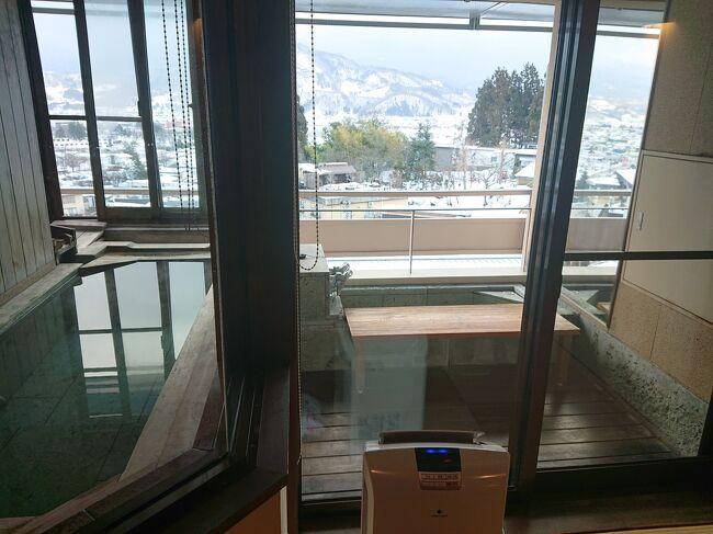 山形新幹線、かみのやま温泉駅から程近い場所にある「葉山館」。<br />3区分あるお部屋は、いずれも温泉風呂付き。中でも、翠葉亭はビューバス&足湯が各部屋についています。<br />ビューバスは半露天風呂と言ってもいいくらいの雰囲気。<br />そして、部屋のバルコニーにある足湯(温泉)は、初めての経験でした!