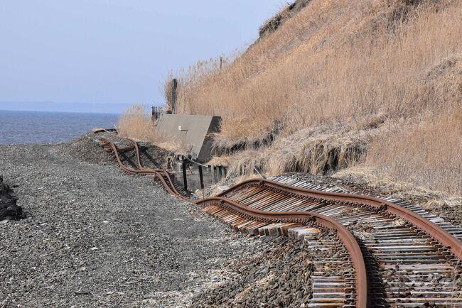 今回の旅行は、日高本線で廃止される鵡川~様似間の25駅を4日間かけてお別れします。<br /><br />最終日は、6年前(2015年1月)に発生した低気圧に伴う高波により土砂流失、護岸浸食等が発生した大狩部(おおかりべ)~厚賀間を訪れます。<br />新冠町の大狩部駅から海岸段丘の下の海沿いに敷設された線路を厚賀に向かって歩くと、道床が流されレールがグニャグニャに曲がり、宙に浮いた状態の無残な光景が目に入ります。<br />さらに5年前(2016年8月)の台風による高波で橋梁が流された日高町清畠(きよはた)の「慶能舞川(けのまいがわ)橋梁」を訪れます。<br /><br />鉄道を海岸線ではなく海岸段丘の内陸部に敷設していれば、廃止の運命にはならなかったのでは思ってしまいます。<br />しかし、その推測は間違いだったことが後日わかりました。<br />この区間が開通した大正15年、当時の海岸線は線路から離れていたのですが、昭和10年(1935)頃から海岸線の浸食が急速に進みました。<br />浸食が最も著しい場所では、昭和21年(1946)から昭和34年(1959)までの13年間に97mも内陸側に後退しました。<br /><br />静内~鵡川の西部日高海岸は、海岸線に沿って段丘や砂浜が分布し、浸食にはきわめて弱い地層のところです。<br />浸食は季節により変わる沿岸流や、台風による高波、漁港の防波堤などに影響していました。<br />日高本線は海岸線の徐々に進む浸食と海岸段丘斜面の土砂崩れの対策に常に追われてきた鉄道だったのです。<br /><br />なお、旅行記は下記資料を参考にしました。<br />・JR北海道車内誌、2021年3月<br />・JR北海道資料「2021.3.13ダイヤ改正」<br />・JR連合 政策News第273号「JR北海道日高本線の被災状況視察を実施!」、2015年11月24日<br />・東洋経済オンライン、梅原淳著「こんなに?地図と「ズレてしまった」鉄道路線、JR北海道・日高線厚賀―節婦(せっぷ)間」、2019年8月8日<br />・レイルシナリー「惜別、日高本線:鵡川~様似 (1)」<br />・北海道の交通「日高線廃線区間全踏切に行ってまいりました」:鳧舞本桐線踏切、漁場通り踏切、厚賀~清畠間の旧線<br />・IEEEJ Trans 松本雅行著「鉄道運転におけるセンサ技術の動向」<br />・J-Stage、海岸工学講演会論文集(1970)、鴻上著「北海道太平洋岸にお ける海岸浸食の特徴」<br />・こひつじの家、鉄道用語「停車場接近標」<br />・北海道の今を読み解く地域経済ニュースサイトリアルエコノミー「廃止決定「日高本線」の凍てつく冬の鉄橋を点描」:慶能舞川橋梁<br />・かっちん旅行記<br /> 『馬が見ている日高本線と新冠お花畑の旅(北海道)』、2014年5月30日<br /> 『日高本線列車代行バスの旅(苫小牧-本桐)2020~海沿いを走るローカル線と牧場~(北海道)』、2020年9月9日<br />・ウィキペディア「日高本線」「大狩部駅」「清畠駅」<br />