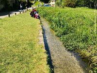 コッツウォルズの小さな村バイブリー。のどかな川の流れが素敵です。