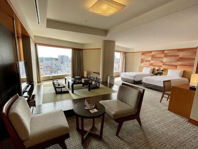 全室スイートルームの目黒の雅叙園でステーケーション♪<br />今回は、遅ればせながらの母の日と私のバースデーお祝いで、母娘3人での宿泊です。<br />雅叙園にはホテルになる前に何度か訪れたことがありましたが、宿泊は初めてです。<br /><br />実は、ここもGoToトラベルで今年の1月に3人で宿泊予定だったんです。<br />その時は、GoToトラベル中止と母が都内までくることに不安があり、キャンセルしていました。<br />なので、6月にリベンジ!<br />ワクチン接種を終えた母も安心して参加です(^-^)<br /><br />4月にオズモールのシークレットセールの時に予約しました。<br />1月は土日の宿泊予定、今回は金土の宿泊なので単純比較はできませんが、GoToトラベルを使った金額よりかなりお安く泊まれました。<br />その上、レイトチェックアウト、百段階段チケット付きです(*´▽`*)<br /><br />お部屋が広い!<br />お風呂がジャグジー!<br />ミストサウナがあるー!<br />アメニティも素敵ー!<br />とテンション上がりまくりでした(笑)<br /><br />緊急事態宣言中のため、雅叙園アートツアーなどは開催中止になってしまいましたが、エグゼグティブラウンジ「桜花」でのおもてなしも、たっぷり楽しみました(^-^)<br />チェックイン時に「おめでとうございます」といただき、お部屋のお誕生日のお菓子サービスが嬉しかったです(*´▽`*)<br /><br />小さな心遣いやおもてなし、ありがとうございました☆