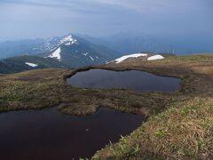 雪渓の残る巻機山に登る