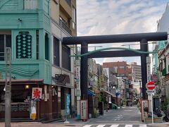 勝運商店街は「昭和レトロ」をテーマに、看板建築で再生された街並み。