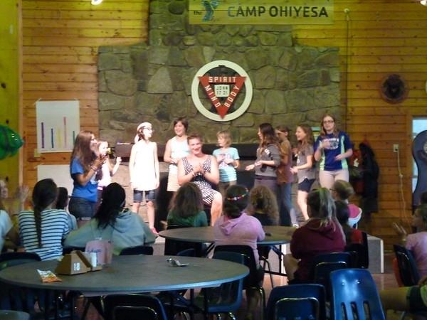 アメリカキャンプ第2弾。2015年。娘も小学生になったので当然「私も兄が入ったやつ行く」<br />となるわけです。前回5歳の兄がUSA行った時の1ヶ月お留守番した時のリベンジをする!と。<br /><br />私がネットで見つけたこの年のキャンプはアメリカデトロイトにあるYMCA のCAMP OHIYESA<br /><br />さて、キャンプは行かせたいけど自分の仕事が休めない!という親御様たち。心配は無用です。ちゃんと飛行機は子供だけで乗れるサービスがついてるのです。その名は「アナカンサービス」追加料金確か兄妹で5.6万円くらいだったような感じ。アナカン とは↓<br />デジタル大辞泉「アナカン」の解説<br /><br />アナカン<br /><br />1 《unaccompanied childから》大人が同伴しない、小児旅客。通常、空港や機内で特別に配慮されたサービスを受け、空港での見送り人と出迎え人を必要とする。<br /><br /><br /><br />と言うことで、2015夏待望のアナカンを使ってアメリカのキャンプに行かせてみました!<br />6年前の思い出を綴ります。<br /><br />◎きっかけ <br />2011年ママ友がカナダに引っ越す。 (他のママ友が別れを惜しむなか、私は真逆。彼女に早く行ってー!と。世界に友達増える→旅人としては最高。絶対子供送るぞーと彼女に言ってました)。<br /><br />毎年ママ友が遊びに来ないの?と声かけてくれる。 →私の行く行く詐欺となっていた。<br /><br />2015年。私は仕事が忙しくいけないから子だけ送るわーと言うことで私がネットで日本から彼女の近所にあるお泊まりキャンプを探す。→送迎頼む。<br /><br />ママ友反応→え、こんなところへ?なんか面白そう。「うちの娘も一緒に送るわ」、同意。私→なんて心強い!!<br />https://ymcadetroit.org/ohiyesa/<br />早速お子達の学校に連絡→旅行のため6月終わりから学校1ヶ月休みます、と。<br />担任の反応→わおー!楽しんで!<br />言語は大丈夫か?→兄はちょっとした会話は当時できたので言葉の壁は超えられます。 妹はちんぷんかんぷんだったはず。<br /><br />母はネットでキャンプの様子がアップされるのでそれを楽しみにみておりました!<br /><結果><br />ありえないくらい最高のキャンプだった~と帰ってきました。<br />やはり世界の子供達に壁はないと実感する。<br /><br />今でも 中学生高校生になったうちの子供達に<br />またあのキャンプに行きたいと言われるのですが、友人が別場所に<br />引っ越してしまって送迎不可となったので停滞しております。<br /><br /><br />この時かかった費用 (一人当たり)<br />1週間 659ドルx 2週間 +登録料など100 ドル+送金手数料など<br />=1500  ドルくらい<br />飛行機<br /> 羽田からデトロイトまで130000円+アナカンサービス=160000<br /><br />送迎、友人宅でのアクティビティなどに使用したその他もろもろ<br />100000円くらい<br />合計一人当たり 40万円くらいで済みました。<br /><br />よかった点<br /> ;母が行かなくてよかったからその分料金が浮いた。仕事も普通にできた。<br />  むしろ子達不在で仕事かなりはかどる。<br /> :カナダに引っ越した友人のこが一緒だったから全部英語通訳してくれて<br />  助かった!と子供達。<br />反省点<br /> :ちょっと兄妹喧嘩が随所勃発して友人宅で色々友人が大変だったらしい。<br /> ;飛行機の中で兄がずっと座ってたらしく、エコノミー症候群に似た症状が  出てしまったらしい。 座りっぱなしの危険度を感じた。<br /><br /><br />友人宅はカナダなので、デトロイトから国境を毎回渡るため、そのための保護者サインが必要でした。ただ作って持ってるだけでOKです。<br /><br />こちらが紹介ビデオです!https://www.youtube.com/watch?v=IJEY7tt0xFE