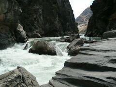 麗江古城及び近郊のツアー(2) 長江源流の渓谷、虎跳峡のトレッキング