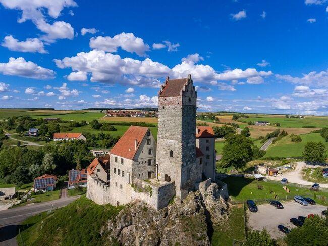 "『Die Sage:Katzensteiner Schatz猫の塔の宝物伝説』<br /><br />(伝説が真実になるとき!・・・偶然にカッツェンシュタイン城の宝物が発見された)<br /><br />・・・・・<br /><br />Romantische Strasseロマンチック街道、Schwaebische Alb Strasseシュヴェービッシュ・アルプ街道、Burgenstrasse古城街道の旅<br /><br />期間 :2012年05月15日(火)~05月29日(火)15日間<br /><br />5月23日(水); 晴、26℃、99km <br /><br />騎士たちの古城群の中でも""真珠""と謳われているBurg Katzensteinカッツェンシュタイン城はロマンチック街道のネルトリンゲンから南西27kmにある。<br /><br />海抜538mの高台にある城、Hohenstaufenホーエンシュタウフェン朝の城郭内には1000年頃に建てられたロマネスク様式のBergfried天守閣、17世紀のPalasパレスが残る。<br />天守閣は高さ18m・厚さ3mのものだが、""Katzenturm猫の塔""の異名がある。この猫の塔にはかつての緊急時の避難塔としての役割を持っていた、高さ約8mの所に出入口がみてとれる。<br /><br />写真はカッツェンシュタイン城:俯瞰"