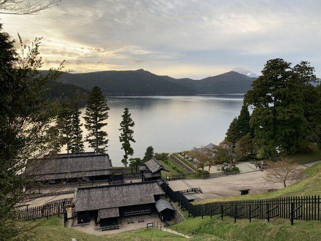 神奈川県南西部、足柄下郡箱根町の芦ノ湖周辺をモーターバイクツーリングで訪れました。芦ノ湖は、三千年前の神山の水蒸気爆発による土砂で川がせき止められ形成された湖とされ、古くから信仰の対象でした。現在は富士山も望める箱根を代表する観光地であり、周辺はドライブ・ツーリングコースとしても人気があります。<br /><br />★湖を囲む高原の温泉に泊まり、箱根の関と開運の神社を巡る。<br />★「芦ノ湖スカイライン」から「箱根スカイライン」を経て、富士山を眺めながらのツーリング。