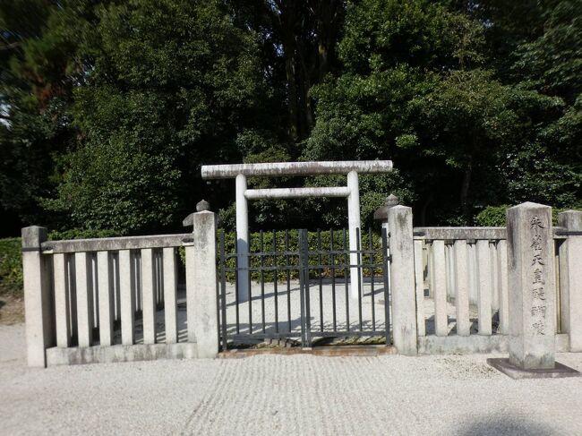 2020年11月30日(月)12時半過ぎ、随心院参拝を終えて、今度は醍醐寺に向かうが、随心院の東側、南側はすぐ伏見区の醍醐地区になる。伏見区の東部で、醍醐山の西側の麓一帯をいう。醍醐寺や醍醐・朱雀天皇陵があり、奈良街道が通じる。旧宇治郡醍醐村で、1889年(明治22年)に発足し、1931年(昭和6年)に京都市に編入され、伏見区の一部となった。<br /><br />平安時代初期に醍醐寺が創建されたのが起源。桃山時代には、豊臣秀吉が自ら作庭を手がけた醍醐寺の塔頭三宝院において、大規模な花見が行われたのが有名。山科南部と接しており、山科と同一の生活圏・経済圏を共有し、伏見区中心部との繋がりよりも深いといわれている。<br /><br />醍醐の名の由来は、修行の場を求めていた空海の孫弟子の理源大師聖宝が、笠取山に湧いていた醍醐水を「醍醐味なるかな」と美味そうに飲む地主神に出会い草庵を創設し、笠取山の山頂付近を醍醐山と名付けられたことからと云われる。醍醐は五味の一つで、牛乳を精製してつくったもので、最も美味とされ、病をなおす妙薬とされる。そのことから醍醐味とは、最高の味という意味で用いらる。<br /><br />伏見区は京都市を構成する11の行政区の一つで、京都市の南部に位置する。面積は4番目の大きさだが、人口は約27万人で一番多い。全国の政令指定都市の行政区の中でも上位10位に入る。伏見の名は桃山丘陵からの伏流水に由来し、古来伏水と書かれた。<br /><br />山科区小野の随心院の本堂裏の小町庭苑からしか行けないが、その南側に位置する清瀧権現堂は伏見区醍醐にある。本殿域は塀と門で囲まれ、門は閉ざされているので入ることは出来ない(下の写真1)。<br /><br />醍醐寺の上醍醐にある清瀧宮より勧請したもので、随心院の鎮守。醍醐寺の守護神が清瀧権現で、随心院の本尊・如意輪観音の化身と云われていることから勧請されたと云われる。また、清瀧権現は雨乞いの神である善女竜王と同一視されており、随心院の前身、曼荼羅寺の開祖である仁海僧正が雨僧正とも呼ばれることから随心院の鎮守となったとも思われる。<br /><br />随心院の東、山科と六地蔵を結ぶ奈良街道の反対側にあるのが醍醐天皇の後山科陵(のちのやましなのみささぎ)。アプローチが南側の100mの参道からしか出来ないので、北側から来ると結構大回り。<br /><br />埋葬主体は一辺約11m、深さ約2.7mの土壙を掘り、その中に一辺約3m、高さ約1.3mの校倉を納め、さらにその中に棺を入れたもの。外部構造としての墳丘はないが、陵上に卒塔婆3基を立て、没年の翌年の931年に空堀が掘られた。現陵は直径45mの円憤で、盛り土はなく周囲に周溝と外堤を巡らせている。<br /><br />平安時代中期の897年に即位した第60代の醍醐天皇は、紀貫之らに古今和歌集の撰進を命じたことなどで知られている。父・宇多天皇が皇籍を離れていた期間に源維城(これざね)として生まれ、父の即位に伴って皇族に列せられた。皇族でない身分で生まれて即位した唯一の天皇。母は藤原胤子(いんし)。20人に近い女御・更衣をかかえ、のちの朱雀天皇や村上天皇をはじめ、36人の子女をもうけた。ハレホレ・・・<br /><br />34年に渡り摂政や関白を置かずに延喜の治と称えられる治世を行った。最初に左大臣、右大臣に任命したのが藤原時平、菅原道真で、901年、時平の進言で醍醐天皇は道真を大宰府へ左遷するが、その後に災いが相次いだため、923年に道真の左遷を取り消し、右大臣の位に戻すなどして慰霊に努めた。<br /><br />この陵は930年の没後に造られた円丘で、長く醍醐寺の管理下にあったため、所在が確定できる数少ない平安時代の陵の1つ。諱(いみな)は敦仁(あつぎみもしくはあつひと)で、醍醐寺を自らの祈願寺とし、近くに葬られたことから醍醐天皇と追号された。ちなみに鎌倉幕府を滅亡させた後醍醐天皇は理想の治世と云われた醍醐天皇に憧れて、自身の遺言で命名したと云われる。<br /><br />後山科陵から約600mほど南南東にあるのは、朱雀(すざく)天皇の醍醐陵(だいごのみささぎ)。西側の参道から入る(下の写真2)。後山科陵に比べると小さい。<br /><br />952年に亡くなった後、火葬され、父の後山科陵の脇に埋められ、祠が造られた。江戸中期の1698年に江戸幕府により御廟として認定され、幕末の1864年に拡張・整備された。直径6mの円形の盛土を中心とし、一辺18mの方形の土地に周溝がめぐらしてある円丘。古くは後山科陵が上ノ御陵、醍醐陵が下ノ御陵と呼ばれていた。<br /><br />第61代朱雀天皇は醍醐天皇の第十一皇子で、諱