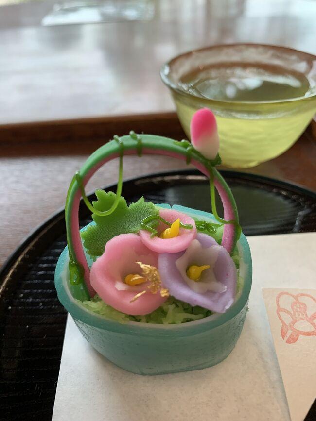 なんとか雨がやんでくれた松江観光2日目。<br />松江城の見学を終えて向かったのは松江観光といえば!の遊覧船に乗っての堀川めぐり。<br />この日は日曜日なんだけどお天気のせいもあってかお客さんが少なく、遊覧船の乗客はなんと私1人。<br />コロナ禍の今他の人がいないのはありがたいけど、なんだか申し訳ない。<br />遊覧船の船頭さんはほとんどが定年退職したおじいちゃんがやっているらしい。<br />おじいちゃんは船の運転、名所や歴史の説明、歌の披露と大活躍。<br />さらに低い橋の下をくぐるときは屋根が下がってきたりとアトラクション的な要素もある堀川めぐりは楽しかった。<br />その後も名物の出雲そばを食べたり、小泉八雲記念館や武家屋敷巡りをしたりと盛りだくさんの松江観光後半戦の旅行記をどうぞ。