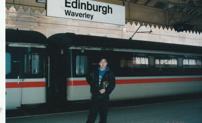 スコットランドのエジンバラ憧れの都市です。<br />私がお勤めしていたころロールスロイスの飛行機のエンジンを作る工場がスコットランドにあり、どんな所かしらと思っていました。、ロンドンから夜行列車で朝エジンバラに到着すると、一日観光でき。。また夜行で戻れば有意義に旅ができます。。チケットビューローに行くと係りの方が君たちは何歳と聞いてくださいました。<br />息子は15歳というと親との旅行だと1ポンドで行けるのだとか。あら嬉しい!!!!!。。大学生の娘たちには写真を撮ってくればユース料金を適用してもらえると教えてくれました。<br />そこでみんなでスピード写真を撮りに走りました。<br />無事に写真を持ってゆくと先ほどの係りの紳士が親切にチケットを発行してくれました。<br />日本では考えられないこと。<br />家族旅行がし易いように料金が設定されている。<br />フランスも子供や先生たちにはいろいろ便宜が図られている。<br />さすが成熟した国、人口が減少し少子化対策が昔から施されていました。一方日本は????<br />未だに少子化対策は給付金しか考えられないのかしら。<br /><br />寝台車は娘と私が同室。息子は男の方と相部屋でした。<br />快適な列車の旅夜が明けてくると田園風景が広がっていました。<br />車掌さんにモーニングティ―をお願いしておいたので朝お茶とビスケットを無料でサービスしていただきました。<br />列車のティ―でも濃くって美味しいミルクテーでした<br />。<br />7時半くらいで町はまだ活動前でしたが手荷物を預けて街歩きをしました。エジンバラ城はヘンリー8世の世界、3月薄曇りの天候が中世の時代の想像を掻き立てます。<br />ホーリ―ルード宮殿、セントジャイルス大聖堂のステンドグラス。美術館のイコン。ヴィクトリアST,を歩くと30年前建物や街並みがくすんでいました。石炭や排ガスが建物の外壁を黒ずませていたのでしょうか。<br /><br />街中のバルでのランチ。カウンターでビールを飲んでいる男性たち。<br />女子供でランチに入るのは勇気がいりましたがテーブルに座り本日のランチ定食をいただきました。<br />グリーンピースの煮たものペースト状でした、それとチキン。味は???あまり覚えていません。<br />夕食はステーキを食べましたが肉が堅かったと思います。<br />夜行のロンドン行きの列車に乗り翌朝ロンドンに戻りました。<br /><br />イギリスの交通事情。子供への配慮。スコットランドとロンドンの違い、少しですが見られたことはよかったと思います。