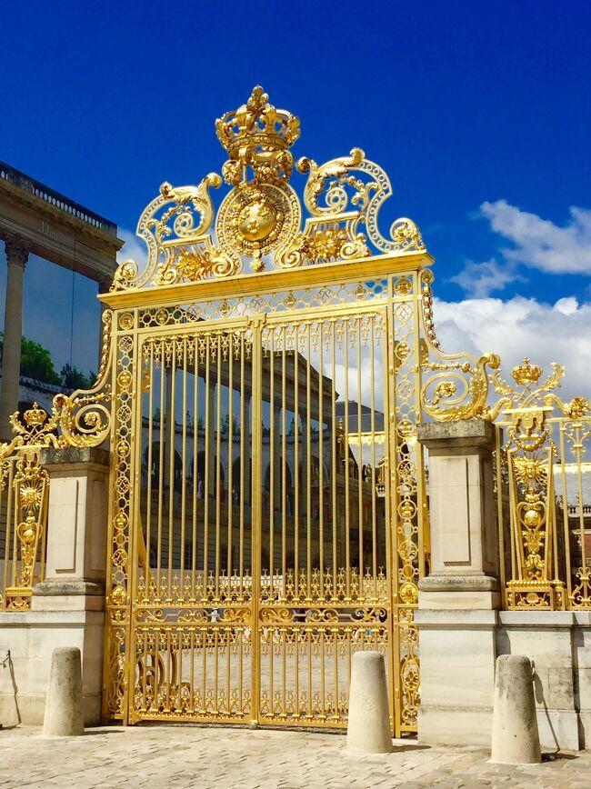 パリから少し足を伸ばし電車で約1時間<br />世界1豪華な宮殿と言われている『ヴェルサイユ宮殿』<br />世界文化遺産の宮殿<br />ルイ14世が建築した宮殿であり、マリー・アントワネットも愛した宮殿<br />敷地内には宮殿以外にもフランス式庭園や噴水もいくつかあり、1日では周りきれないほどの広さ<br />あまりの美しさにため息が出ます。<br />そして、世界三大美術館のひとつ『ルーブル美術館』<br />世界で最も入場数が多い美術館<br />38万点の作品が展示されています。<br />少しミステリアスな美術館とも言われています。<br />全部は観覧できませんでしたが、またいつか行きたい場所です。