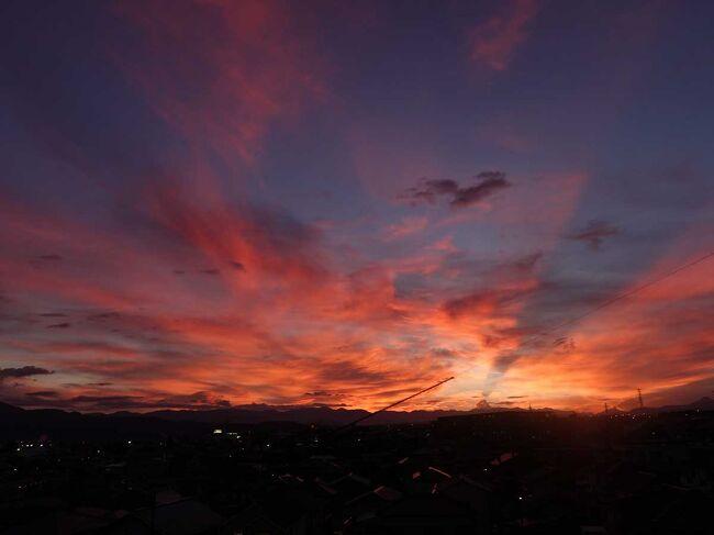 東海地方が今日17日に梅雨明けしました。<br />その前日の夕方の富士山の山小屋の明かりと夕焼けです。<br />