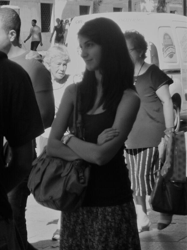 初めてのバルセロナ 21(イタリア・スペイン・ポルトガル・オランダ 12日間の旅 7-21)グエル公園からの移動中に遭遇、バルセロナ美人!