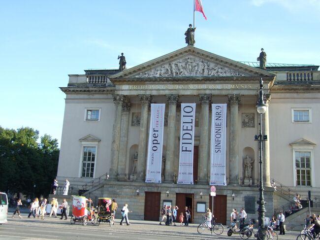 ベルリンが連邦共和国の首都に返り咲いて、早くも三十年が経ちました。欧州ではロンドン、パリに次ぐ第三の大都会です。中央部には広々とした森が広がり、緑が豊かです。東西に分裂していた名残で、大きな歌劇場が三つ、美術館や博物館も多く、文化の香りも豊かです。<br />